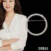 簡約韓版時尚圓形胸針女外套開衫水晶胸花別針披肩扣針配飾 yu5665【艾菲爾女王】