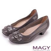 MAGY 氣質通勤款 鏡面牛皮皮帶飾釦方頭低跟鞋-灰色