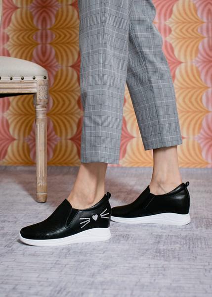 TAS沖孔牛皮拼接水鑽貓咪造型內增高休閒鞋-人氣黑