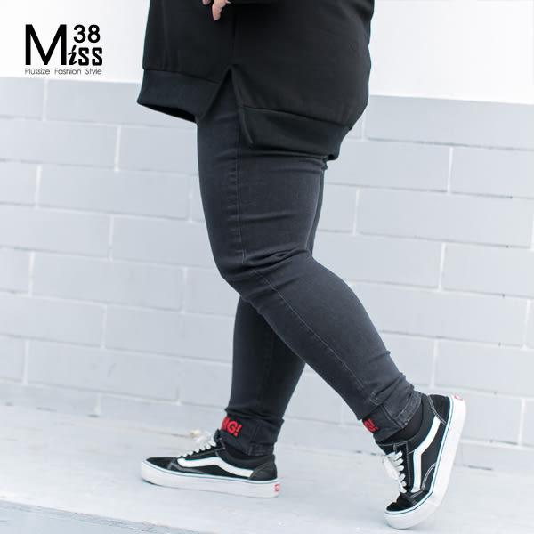 Miss38-(促銷價)【A09026】褲腳字母黑 小腳褲 內搭 鉛筆褲 長褲 牛仔褲-中大尺碼