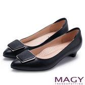 MAGY 氣質通勤款 金屬方釦蜥蜴牛皮尖頭低跟鞋-黑色