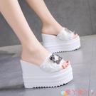 坡跟涼拖鞋坡跟拖鞋女夏2021新款時尚外穿厚底12CM超高跟玫瑰花一字白色涼拖 愛丫 免運