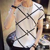 『潮段班』【HJ00T581】日韓新款M-5L加大碼 個性創意交叉線條斜條紋菱形格子 圓領休閒短袖T恤上衣