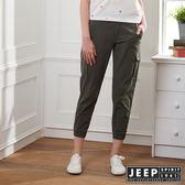 【JEEP】女裝 簡約休閒素面縮口長褲-軍綠