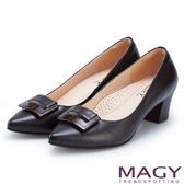 MAGY 氣質通勤款 方型飾釦真皮尖頭粗跟鞋-黑色