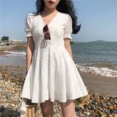 白色洋裝—復古韓國chic風氣質初戀仙女裙連排扣子法式俏皮V領白色連身裙夏 依夏嚴選