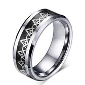 《 QBOX 》FASHION 飾品【RTCR-01】精緻個性銀色環繞圖示共濟會鎢鋼戒指/戒環(型男配戴)