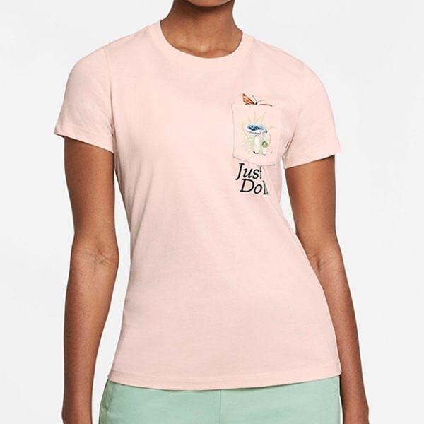 NIKE NSW TEE 女裝 短袖 休閒 蝴蝶 塗鴉 口袋 粉【運動世界】DD1463-805