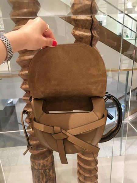 ■專櫃66折■ 全新真品■Loewe 馬鞍型小款 Gate 石紋小牛皮緞帶斜背包 棕褐色