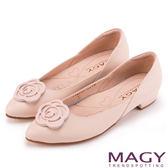 MAGY 輕甜女孩 真皮剪裁流線玫瑰五金低跟鞋-粉紅