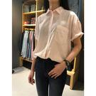 Levis 女款 短袖襯衫 / Relax 寬鬆舒適版型 / 條紋玫瑰粉 / 單口袋白旗標