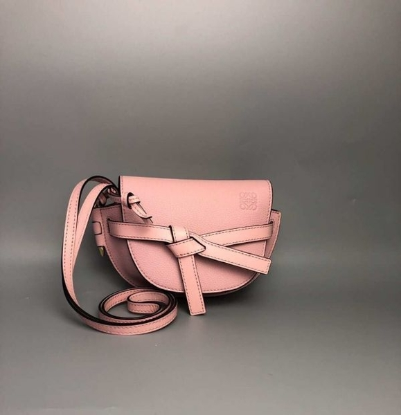 ■專櫃77折 ■Loewe全新真品 迷你 Mini Gate 粒面小牛皮緞帶斜背包 粉色