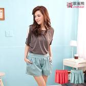 質感短褲--簡約修飾氣質款後鬆緊褲頭設計口袋反摺鈕釦造型短褲(紅.綠XL-4L)-R135眼圈熊中大尺碼