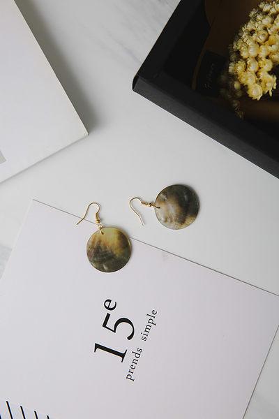 Qmigirl 天然紋理貝殼光滑圓形幻彩耳環【QG2199】