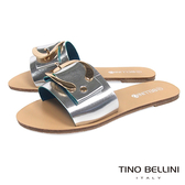 Tino Bellini 摩登C字皮帶釦平底涼拖鞋 _ 銀 F83003
