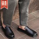採用光澤感的PU皮革,鞋身輕盈有如涼鞋般的穿著感,不論是炎熱的季節或是出入辦公室都很受用的單品。