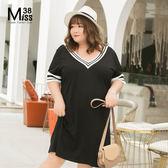 Miss38-(現貨)【A05682】大尺碼短袖洋裝 法式大V領 黑白羅紋撞色 花邊短袖連身裙 寬鬆顯瘦-中大尺碼