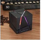 Qone彩燈無線藍芽音箱魔方4.0手機低音炮迷你便攜插卡hifi小音響 moon衣櫥
