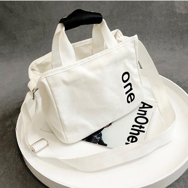 《花花創意会社》外流。THE ONE黑白簡約帆布肩揹包【H6554】
