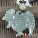 翡翠雞項鍊玉珮(金雞報喜:雞牌A貨翡翠雞玉珮)。淺綠色糯種雞,GI038。附A貨翡翠雙證書