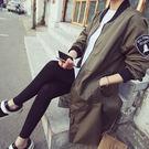 ■絲滑手感尼龍面料■美式個性手臂徽章■雙側實用真口袋■後中開岔自在穿著■獨特加長版飛行員外套
