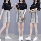 VK精品服飾 韓系休閒T恤豎條紋拼接格紋裙套裝短袖裙裝