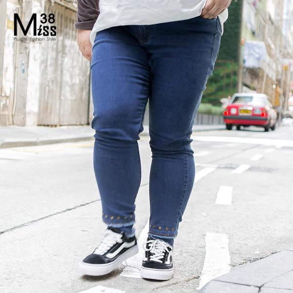Miss38-(現貨)流行褲腳鉚釘 耐磨水洗 內搭打底 牛仔褲 小腳褲 長褲【A09025】-中大尺碼