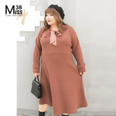 Miss38-(現貨)【A10163】大尺碼長袖洋裝 針織長版連身裙 純色素面 V領口蝴蝶結 顯瘦-中大尺碼女裝