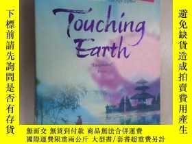 二手書博民逛書店外文書罕見Touching Earth Rani Manicka(共432頁,32開)Y15969 出版