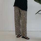 Queen Shop【04101565】豹紋坑條寬版鬆緊長褲*現+預*