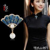 胸針 胸針中國風珍珠扇子胸針女士胸花吊墜兩用古典民族風高檔外套別針配飾 傾城小鋪