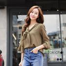 ◆ 輕甜色系的雪紡材質,呈現春日氣氛,特殊領結綁帶設計,再以流行傘袖收尾,完美的韓系造型。