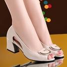 魚口鞋 涼鞋女2021年新款大東夏季粗跟真皮魚嘴高跟中跟媽媽單鞋軟底 韓國時尚週 免運