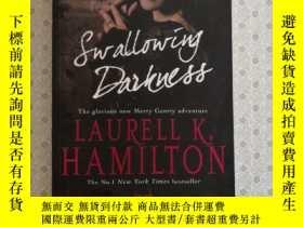 二手書博民逛書店16開英文原版罕見swallowing darknessY281995 Laurell K. Hamilton