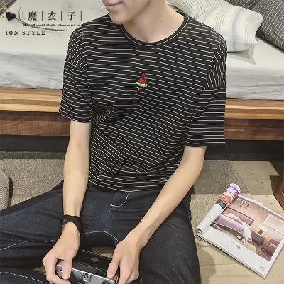 【QY079】魔衣子-春季新款條紋西瓜繡花圓領短袖T恤