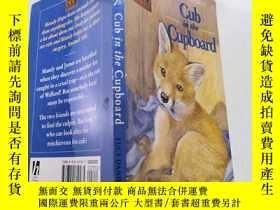 二手書博民逛書店Cub罕見in the cupboard幼崽在櫃子裏Y212829