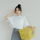 Queen Shop【01038988】簡約草寫英文字母竹節短版上衣 四色售*現+預*