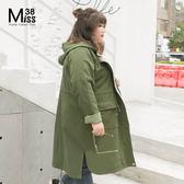 Miss38-(現貨)【A12222】大尺碼連帽外套 中長版風衣 抽繩收腰 大口袋 軍綠素面外套 -中大尺碼女裝