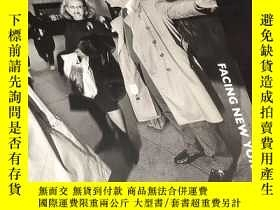 二手書博民逛書店Facing罕見New York Bruce GildenY30