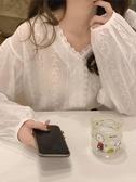蕾絲T恤 白色蕾絲勾花薄款V領長袖t恤女早秋新款寬鬆休閒防曬上衣【免運直出】
