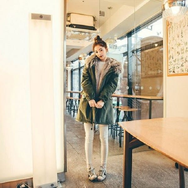 梨卡★現貨 - 韓國空運中長款內鋪羊羔毛軍裝外套大衣- 韓國爆款貉子毛毛領連帽風衣軍綠色A317