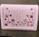 ■專櫃55折■ 全新真品■Bottega Veneta 490085 Montebello nappa 小羊皮繡翻蓋斜背包 粉色