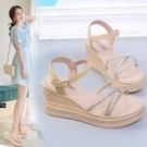 坡跟涼鞋 仙女風坡跟涼鞋女夏新款百搭高跟交叉水鑚防水台羅馬厚底涼鞋