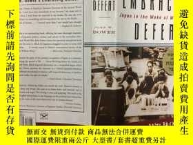 二手書博民逛書店Embracing罕見Defeat: Japan in the