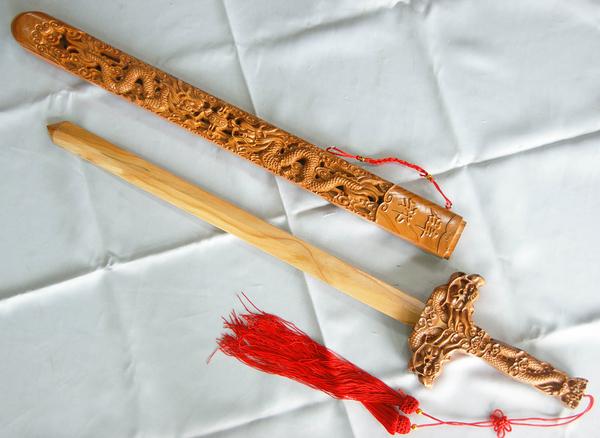 郭常喜與興達刀具-桃木劍長版(10323),另有2尺2桃木劍短版販售(10322)