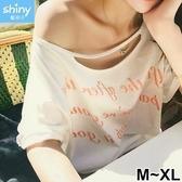 【V2346】shiny藍格子-性感休閒.字母印花鏤空造型寬鬆短袖上衣
