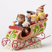 《Enesco精品雕塑》SNOOPY與花生好朋友聖誕節雪橇塑像-Dashing Through The Snow(Peanuts by Jim Shore)_EN86168