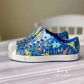 《7+1童鞋》中童 Native PRINT 恐龍樂園 防水 懶人洞洞鞋 涼鞋 6089 藍色