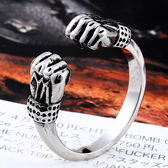 《 QBOX 》FASHION 飾品【RBR8-523】精緻個性運動拳擊雙手鑄造鈦鋼戒指/戒環