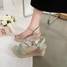厚底涼鞋 厚底鬆糕坡跟涼鞋女2021年夏季新款仙女風時裝一字帶百搭羅馬高跟
